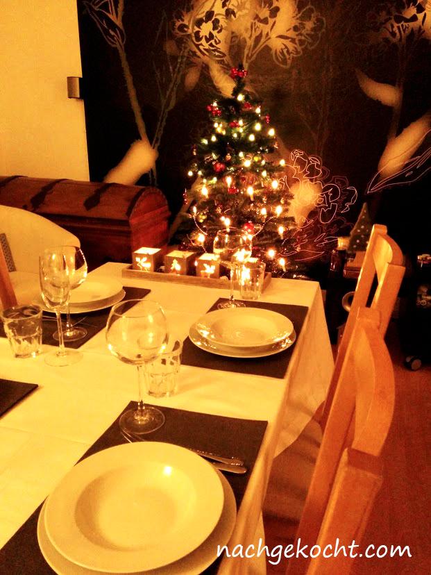 gedeckter weihnachts tisch