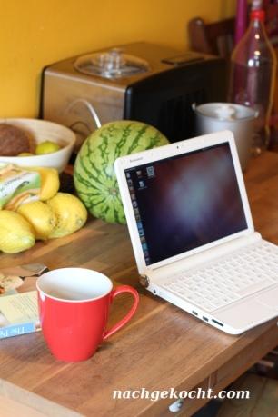 Küchentisch mit Laptop
