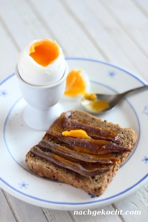 Toast mit Sardellen und Eigelb