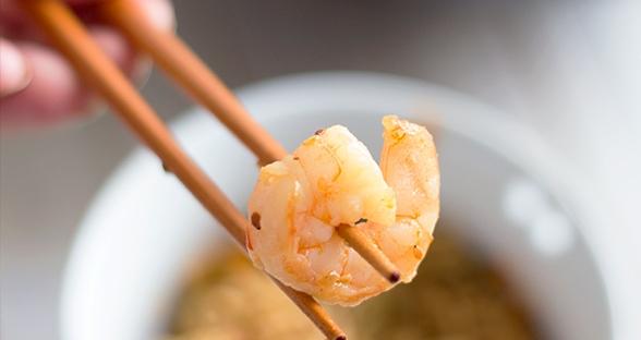 Gebratene Nudeln mit Garnelen und Sesam