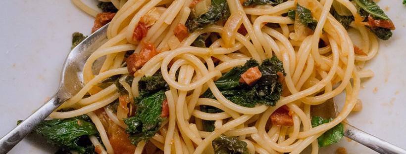 Spaghetti mit Grünkohl und scharfer Salami