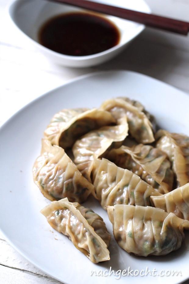 Zubereitete Gyoza - Teigtaschen gefüllt mit Schweinefleisch und Bärlauch