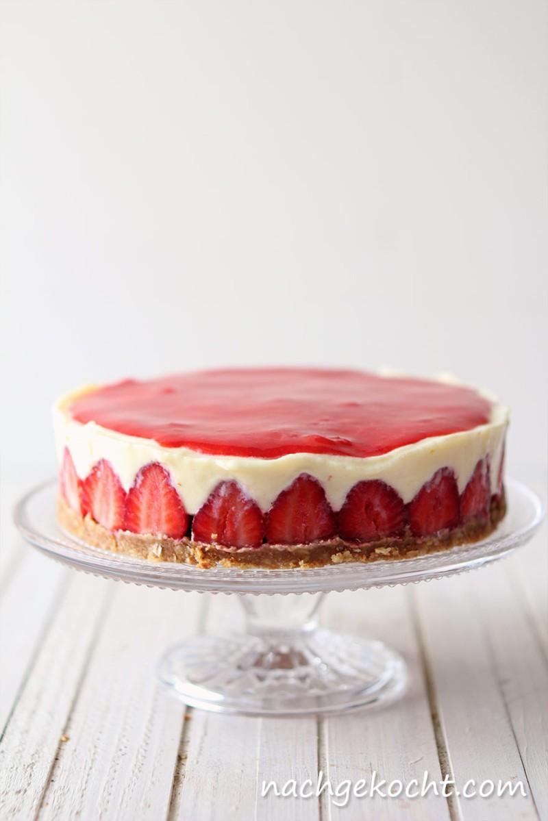 Erdbeerkuchen mit weiße Schokoladencreme und Erdbeerspiegel