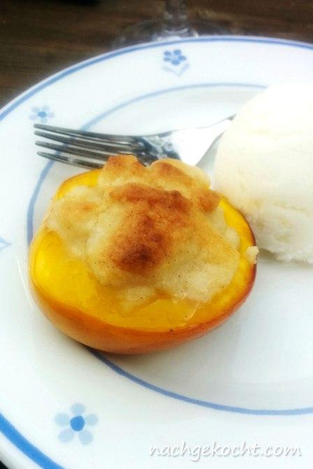 Gefüllte Pfirsichhälfte mit Eis