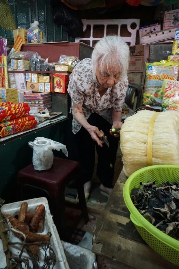 Alte Frau am Marktstand beim zubereiten von Betelnüsse