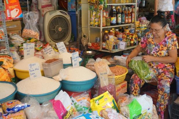 Frau am Reis Marktstand