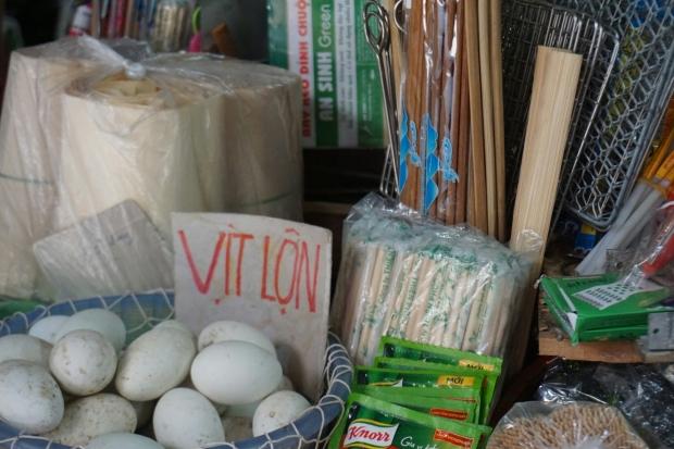 Befruchtete Eier im Korb mit diversen Waren am Marktstand